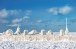 冬天海洋风景 冰冷的码头和冻海 免版税库存图片