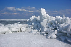 冬天海运横向用在堵塞之下。 免版税库存图片