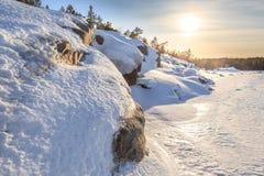 冻结冬天海运的岩石海岸。 免版税库存照片