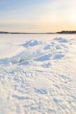 冻结冬天海运的岩石海岸。 免版税库存图片