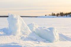 冻结冬天海运的岩石海岸。 库存图片