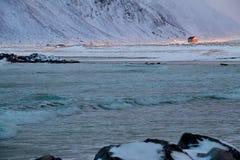 冬天海洋海浪和议院升在太阳之前 免版税库存图片