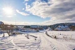 冬天渔村,在房子之间的小船 库存图片