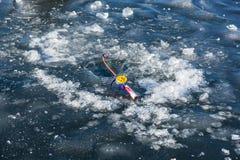 冬天渔的在孔,冬天鱼的人钓鱼竿 库存照片