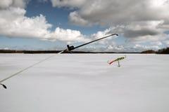 冬天渔的钓鱼竿与平衡器 库存照片