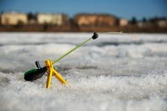冬天渔的钓鱼竿在雪 免版税库存图片