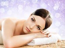 冬天温泉沙龙的美丽,年轻和健康妇女 按摩 库存照片