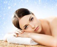 冬天温泉沙龙的美丽,年轻和健康妇女 按摩 免版税库存照片