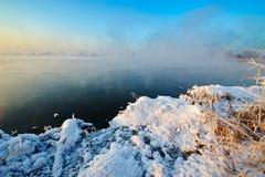 冬天湖和冰日出 免版税库存图片