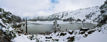 冬天湖风景有雪和冰的 免版税库存照片