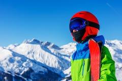冬天滑雪场的逗人喜爱的滑雪者男孩 免版税图库摄影