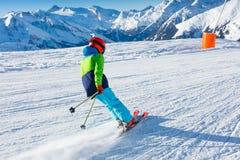 冬天滑雪场的逗人喜爱的滑雪者男孩 免版税库存图片