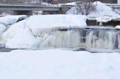 冬天瀑布在小镇 免版税库存图片