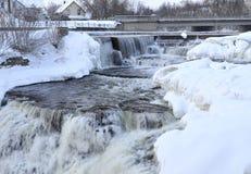 冬天瀑布小瀑布在小镇 免版税图库摄影