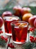 冬天热的桑格里酒仔细考虑了酒用苹果、桔子、石榴和桂香 圣诞节复制装饰集中金大装饰品红色空间结构树 关闭 免版税库存图片
