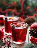 冬天热的桑格里酒或被仔细考虑的酒用苹果、桔子、石榴和桂香 圣诞节复制装饰集中金大装饰品红色空间结构树 关闭 库存图片