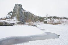 冬天玄武岩形成Panska skala,接近的Kamenicky Senov在捷克 免版税库存照片