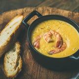 冬天玉米乳脂状的汤用在罐,方形的庄稼的虾 免版税库存图片