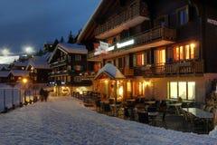 冬天瑞士山中的牧人小屋旅馆在瑞士 免版税库存照片