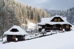 冬天瑞士山中的牧人小屋 图库摄影