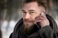 冬天电话交谈 库存照片