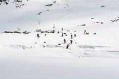 冬天登山路线 训练延伸从裂隙的伙伴冰川或冰床的 免版税库存照片