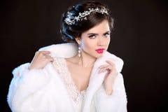 冬天白色皮大衣的秀丽妇女 时装模特儿纵向 J 免版税库存图片