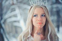 冬天秀丽妇女 有雪发型和构成的美丽的时装模特儿女孩在冬天森林欢乐构成和修指甲 库存图片