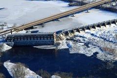 冬天空中水力发电的水坝奇普瓦Falls威斯康辛 免版税库存照片