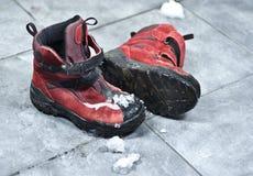 冬天穿上鞋子做在入口的混乱 免版税库存图片