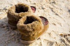 冬天穿上鞋子沙子 库存图片