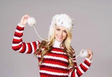 冬天穿戴的年轻和美丽的妇女 免版税库存图片