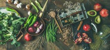 冬天素食主义者或烹调在木背景的素食主义者食物成份 图库摄影