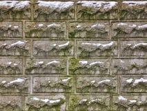 冬天肮脏的砖墙背景雪 库存照片