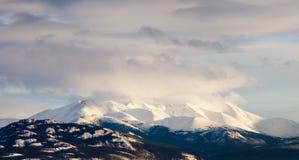 冬天育空T加拿大山脉风景  免版税库存照片