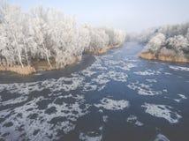 冬天背景的鸟瞰图与一个积雪的森林的 库存照片