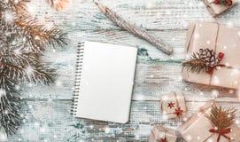 冬天背景,与杉树和礼物,在白色木头 愿望的空间与冬天、xmas、新年和圣诞节 免版税图库摄影