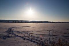 冬天自然的冻湖 免版税库存照片