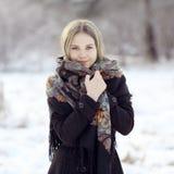 冬天自然的美丽的俄国妇女 免版税图库摄影