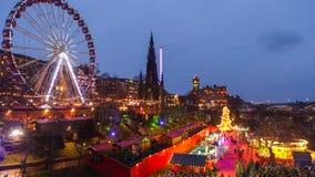 冬天节日在老镇爱丁堡在晚上 免版税图库摄影