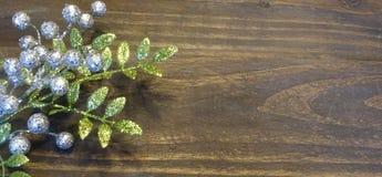 冬天花卉装饰有木背景 免版税库存图片