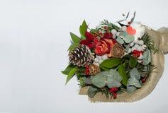 从冬天花和其他绿色的花束 库存照片