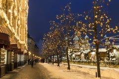 冬天莫斯科,人们在红场走在主要百货商店附近的公平地晚上和 库存照片