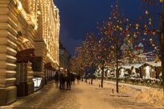 冬天莫斯科,人们在红场走在主要百货商店附近的公平地晚上和 免版税库存图片