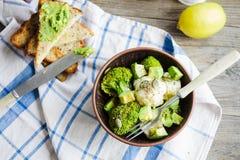 冬天菜沙拉用硬花甘蓝和花椰菜,多士与 免版税图库摄影