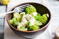 冬天菜沙拉用硬花甘蓝,花椰菜,鲕梨, pum 免版税库存图片