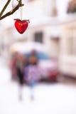 冬天街道与心脏的场面背景 免版税库存照片