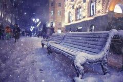 冬天街道在圣诞夜里 库存图片
