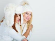 冬天衣物的两个女孩温暖盖帽 库存照片