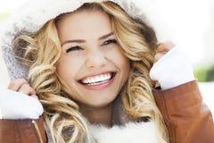 冬天衣物的妇女 免版税库存照片